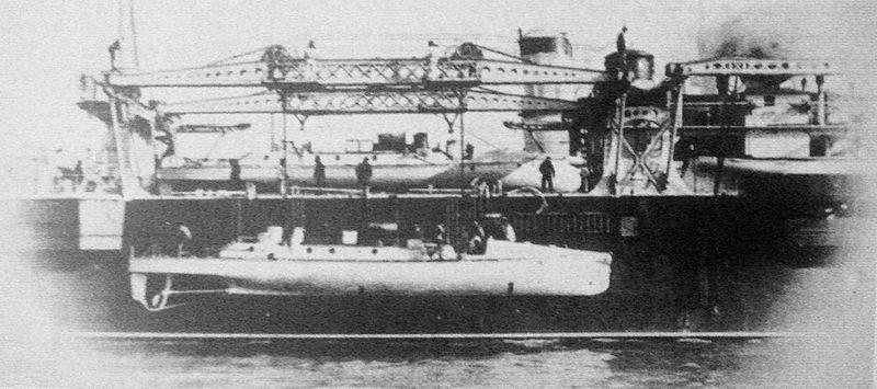 La_Foudre_tending_torpedo_boats