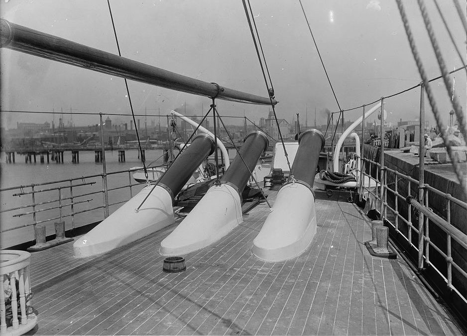 USS_Vesuvius_dynamite_gun_muzzles