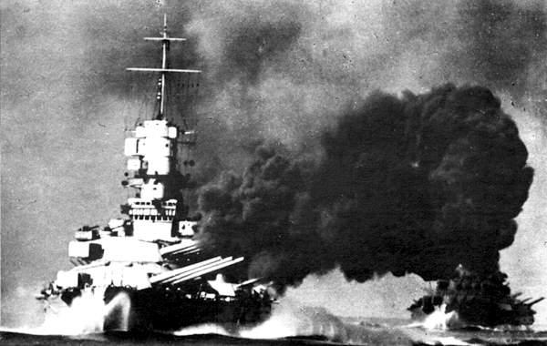 Vittorio Veneto firing at the battle of cape Spartivento