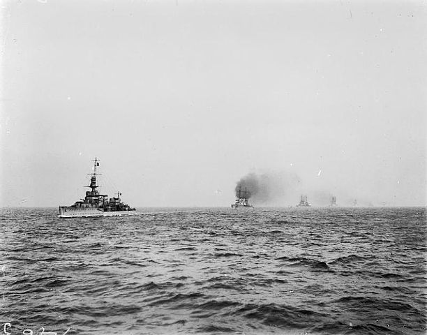 HMS Cardiff leading the Hochseeflotte main battle squadron to Scotland