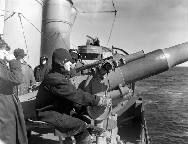 HMCS St.Croix 102 mm gunner training