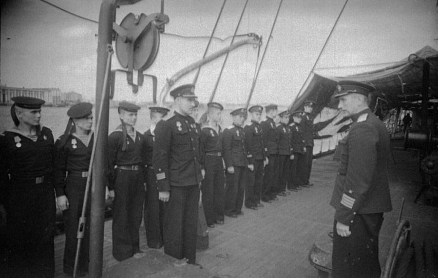 The crew of the submarine Lembit awarded medals for the defense of Leningrad on 6 June 1943