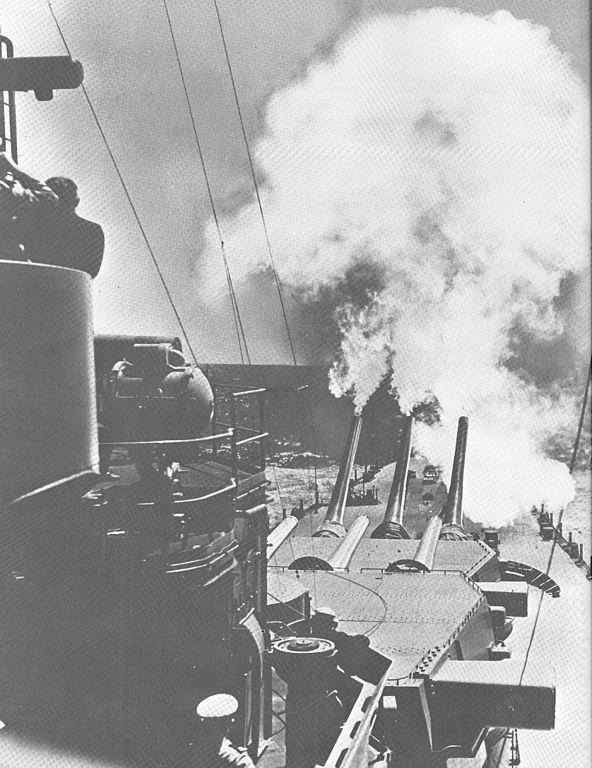 USS_North_Carolina_fires_over_bow