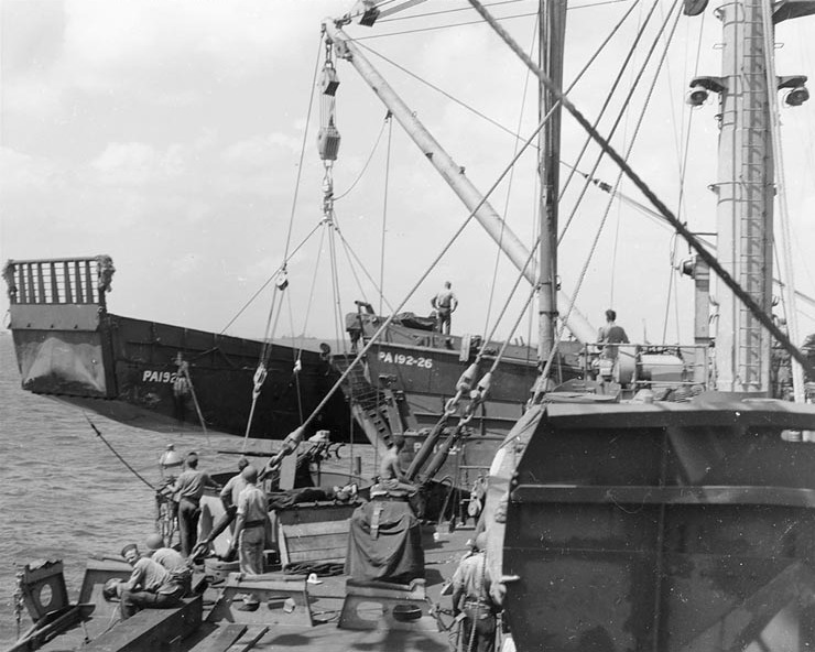 USS Rutland lowering LCMs