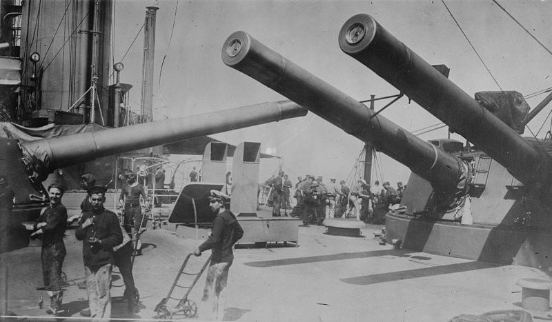 HMS_Indomitable_central-guns
